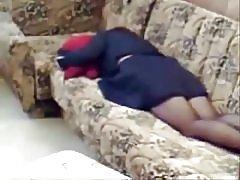 Memata-matai saya ibu rumah sendirian masturbasi di sofa