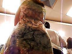Mahkota panas gaun dalam antrean di senja